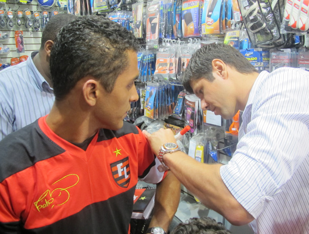 fábio autografa camisa (Foto: Richard Souza/Globoesporte.com)
