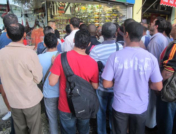 torcedores do lado de fora da loja (Foto: Richard Souza/Globoesporte.com)