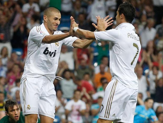 benzema e cristiano ronaldo comemoram gol do real madrid sobre o galatasaray (Foto: Reuters)