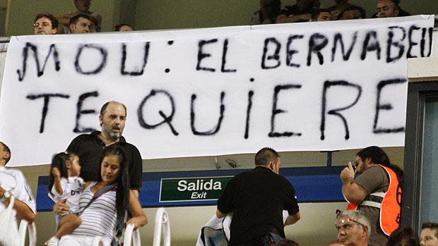 cartaz de apoio a Mourinho no Bernabeu (Foto: EFE)