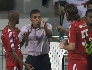 Silas passa orientações ao Al Arabi durante a final da Copa do Sheik (Foto: Reprodução)