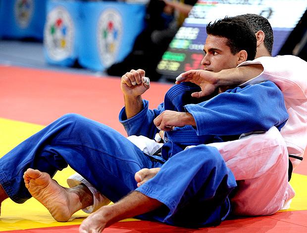 Leandro Guilheiro comemora medalha de bronze no judô (Foto: AFP)
