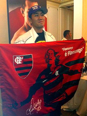 Okami posa com a bandeira do Flamengo (Foto: Amanda Kestelman / Globoesporte.com)