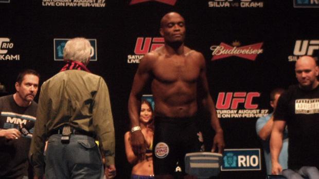 Anderson Silva pesagem UFC Rio (Foto: Amanda Kestelman/SporTV.com)