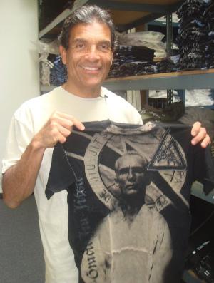 Rorion Gracie mostra camisa com a imagem do pai, Hélio (Foto: Arquivo pessoal)