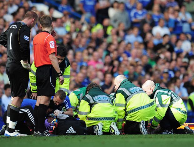 Drogba sendo atendido, Chelsea x Norwich (Foto: Getty Images)