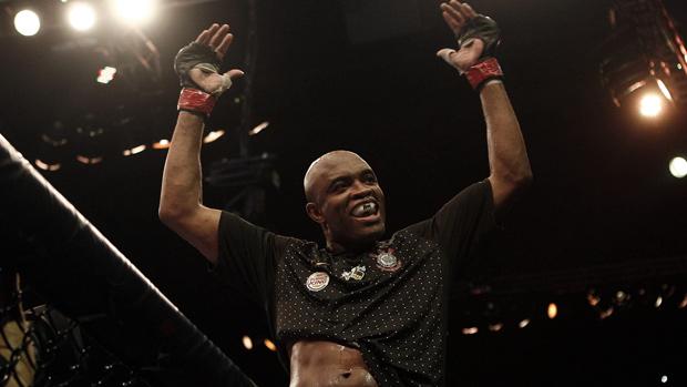Anderson Silva comemora vitória no UFC Rio (Foto: Antonio Lacerda/EFE)
