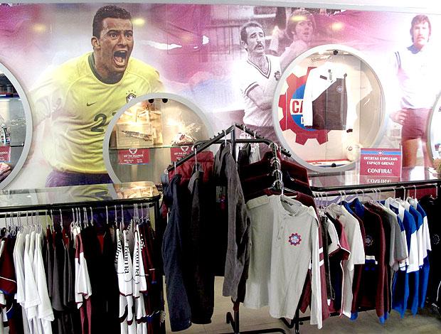 painel com jogadores na loja do Caxias (Foto: Cahê Mota / GLOBOESPORTE.COM)