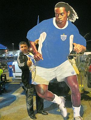 torcedor do Avaí com cartaz do Ronaldinho (Foto: Janir Junior / GLOBOESPORTE.COM)