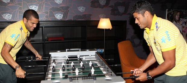 Daniel Alves e Hulk jogando totó na seleção (Foto: Divulgação / CBF)