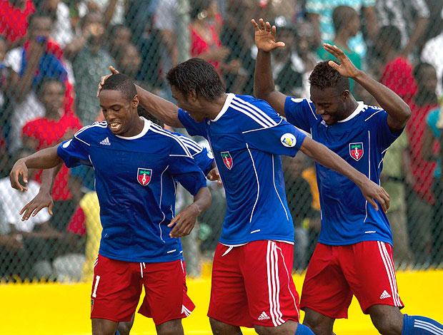 jogadores do Haiti comemoram vitória sobre as Ilhas Virgens (Foto: AP)