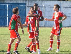 Jogadores do Real Noroeste comemoram o gol (Foto: Igor Gonçalves/Globoesporte.com)