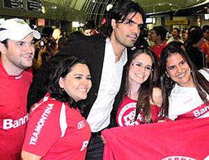 torcida no desembarque do Internacional (Foto: Divulgação / Site Oficial)