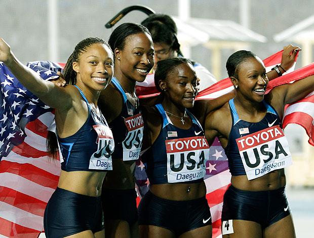 Americanas comemoram ouro no revezamento 4x100 (Foto: AP)