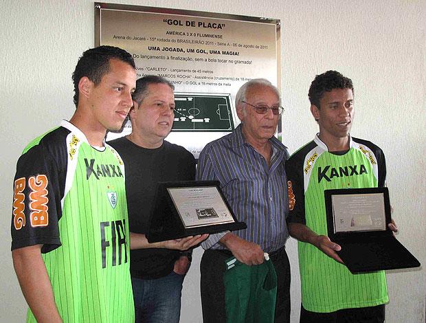 Rodriguinho e Marcos Rocha recebem placa pelo belo gol (Foto: Rafael Cavalieri / GLOBOESPORTE.COM)