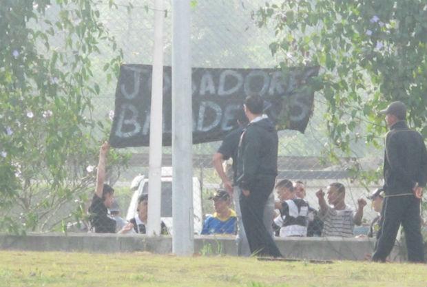Torcedores do Corinthians protestam no CT  (Foto: Carlos Augusto Ferrari / globoesporte.com)