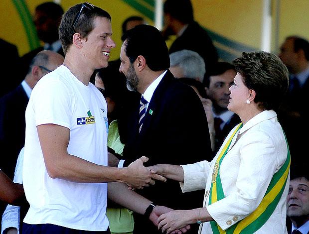 Cesar Cielo no desfile de 7 de Setembro com a presidente Dilma (Foto: Satiro Sodré / Divulgação Agif)