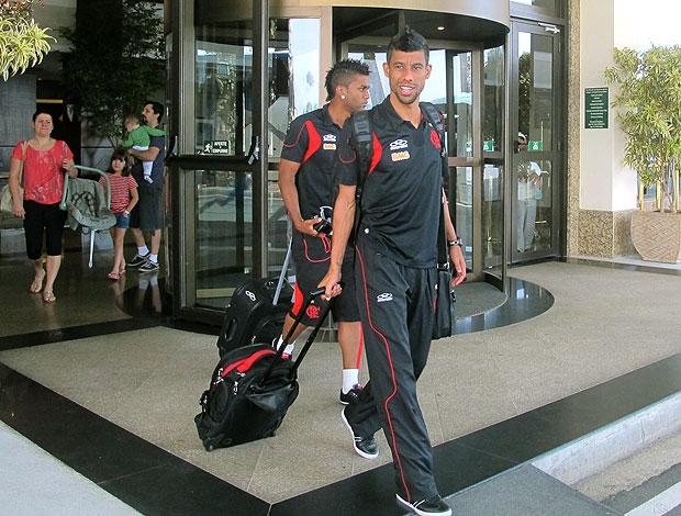 Léo Moura e Muralha deixam hotel em Atibaia (Foto: Richard Souza / GLOBOESPORTE.COM)