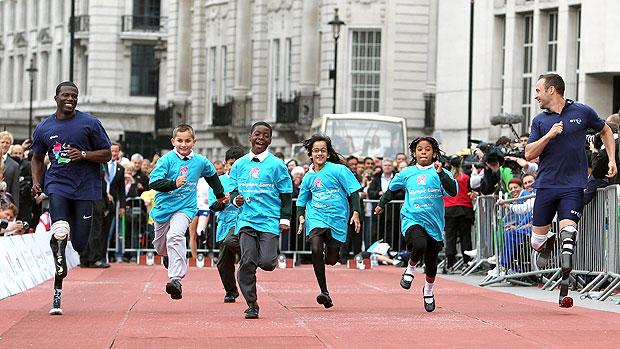 Oscar Pistorius corre com crianças no dia paraolímpico em Londres (Foto: Getty Images)
