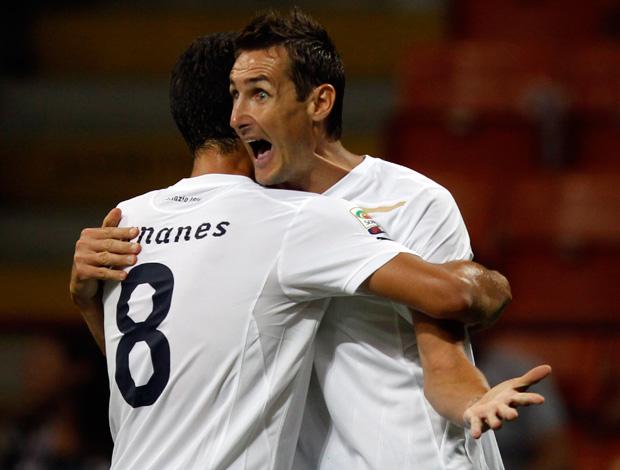 Hernanes e Klose comemoram gol do Lazio sobre o Milan (Foto: Reuters)