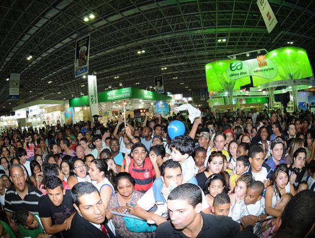 Publico a espera de ronaldinho na bienal (Foto: André Durão/Globoesporte.com)