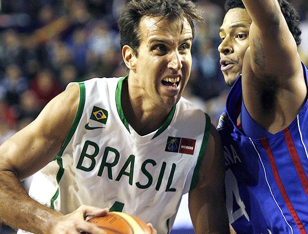 Marcelo Machado basquete Brasil x República Dominicana (Foto: AFP)