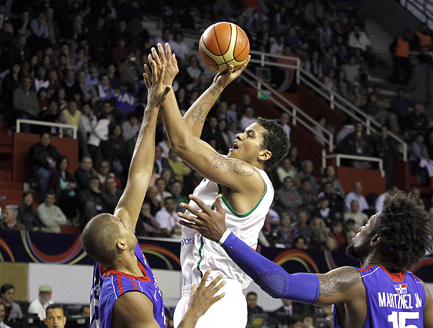 Rafael Hettsheimer basquete Brasil x República Dominicana (Foto: EFE)
