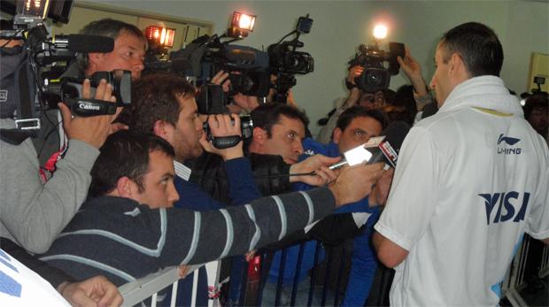 Manu Ginóbili na zona mista Copa América de basquete (Foto: Rodrigo Alves/GLOBOESPORTE.COM)