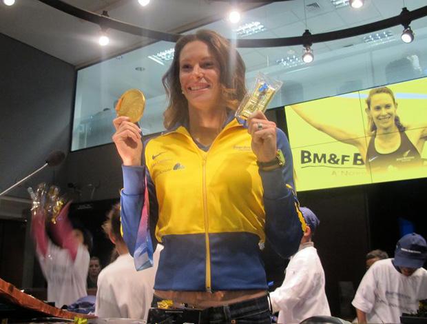 Fabiana Murer exibe a medalha e a barra de ouro (Foto: Wagner Eufrosino/Globoesporte.com)