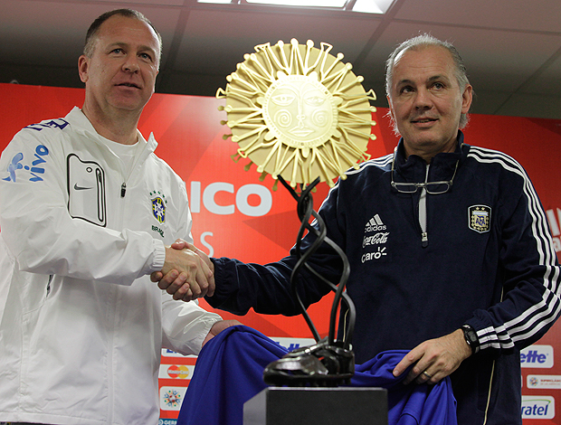 Mano Menezes e Alejandro Saabela taça do Superclássico das Américas seleção brasileira (Foto: Mowa Press)