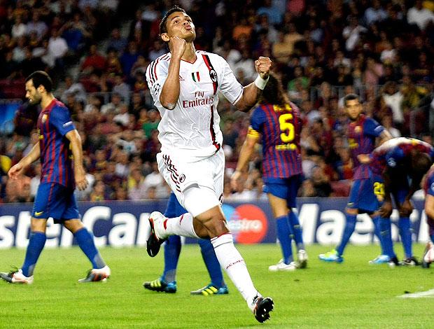 Thiago Silva comemora gol do Milan contra o Barcelona (Foto: Reuters)