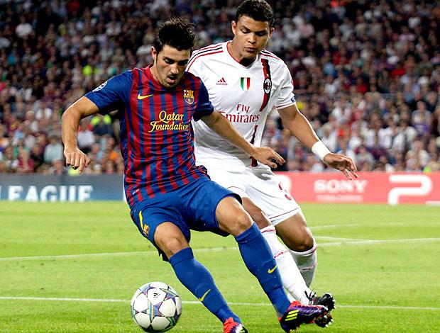David Villa e Thiago Silva no jogo entre Barcelona e Milan (Foto: Reuters)