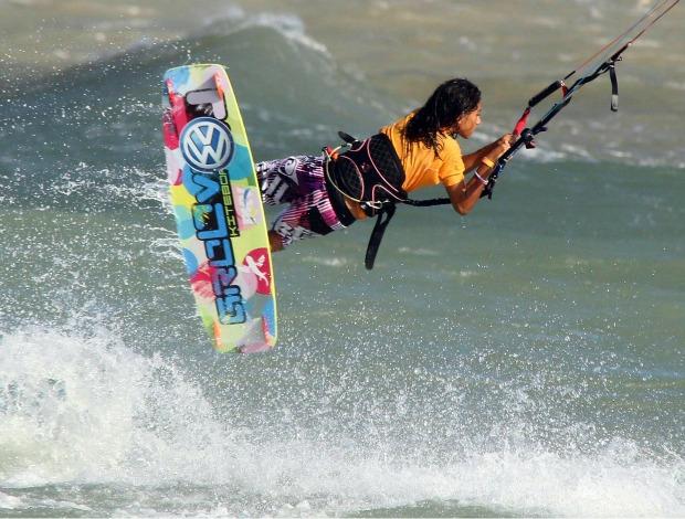 Martina em ação durante etapa do brasileiro de kitesurfe  (Foto: Maurício Val / Fotocom.net)