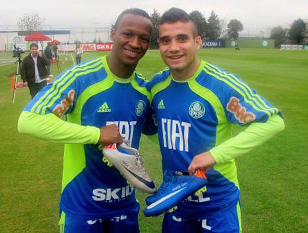 Maikon Leite e Tinga com suas chuteiras  (Foto: Diego Ribeiro/Globoesporte.com)