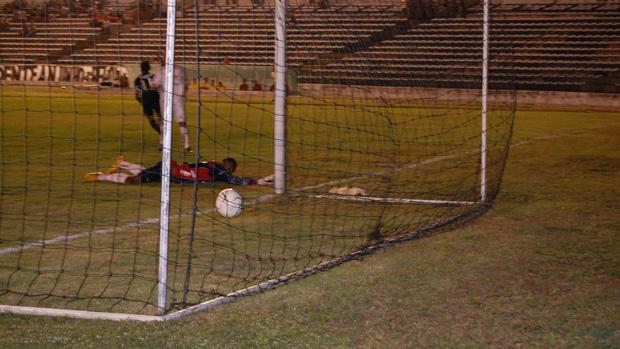 yla marca o primeiro gol do botafogo-pb (Foto: Larissa Keren)