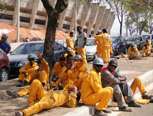 Tabalhadores protestam em frente ao Mineirão (Foto: Pedro Triginelli / G1/MG)