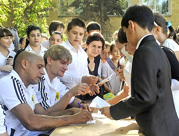 Eto´o e Roberto Carlos visitam escola no Daguestão (Foto: Divulgação / Site Oficial)
