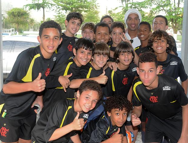 Meninos se aglomeram para tirar uma foto com o ídolo Ronaldinho (Foto: Alexandre Vidal/Fla Imagem)