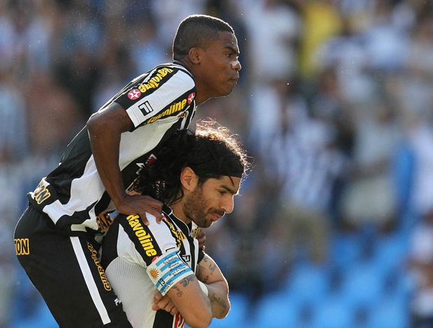 Maicosuel e Loco Abreu comemoram, Botafogo x Flamengo (Foto: Satiro Sodré/AGIF)