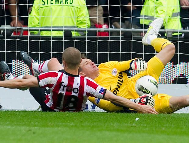 Przemyslaw Tyton goleiro do PSV contusão (Foto: Agência EFE)