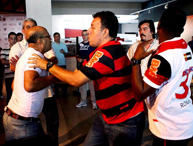 confusão no lançamento de uniforme do Flamengo (Foto: Alexandre Cassiano / Agência O Globo)