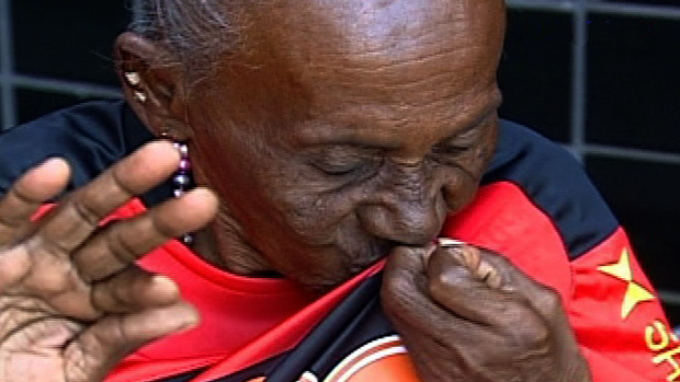 Dona Maria, torcedora centenária do Sport, beija camisa do clube (Foto: Reprodução SporTV)