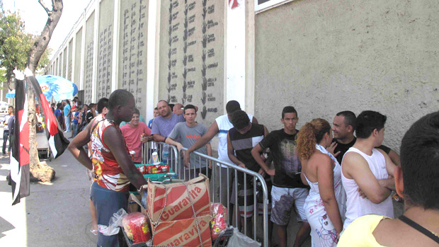 fila de torcedores do Vasco em São januário (Foto: Rafael Maranhão/Globoesporte.com)
