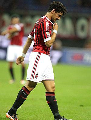 Pato deixa o jogo do Milan contra o Udinese (Foto: AP)