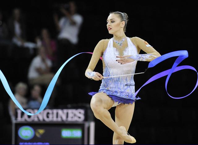 A russa Evgenia Kanaeva conquista o ouro no Mundial de Ginástica Rítmica, na França (Foto: AFP)