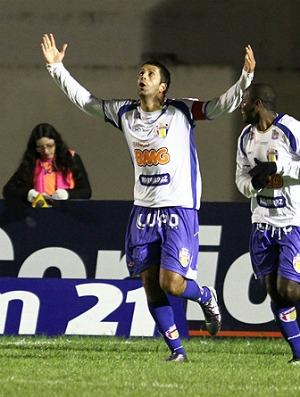 Daniel Marques comemorando gol pelo Barueri (Foto: Ag. Estado)