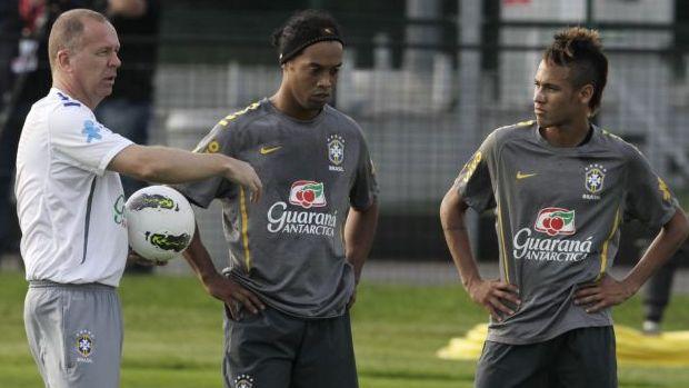 Mano Menezes, Ronaldinho e Neymar no treino da Seleção (Foto: Mowa Press)