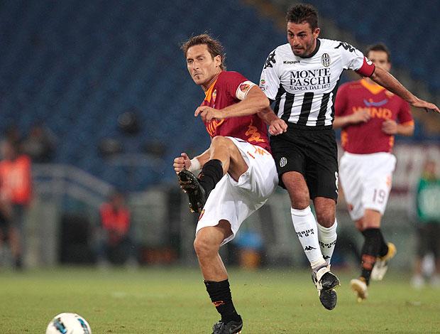 Totti no jogo do Roma contra o Siena (Foto: AP)