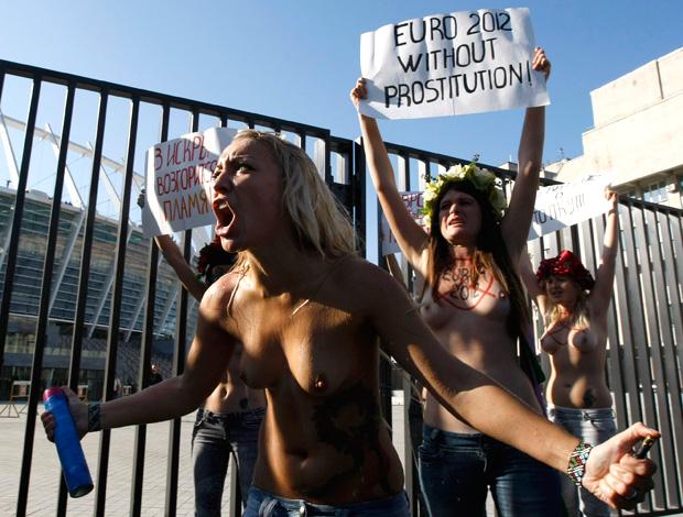 Ativistas protestam em frente ao estádio de Kiev euro 2012 (Foto: Agência Reuters)