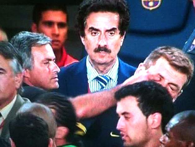 Mourinho dedo no olho Superclássico (Foto: Reprodução)